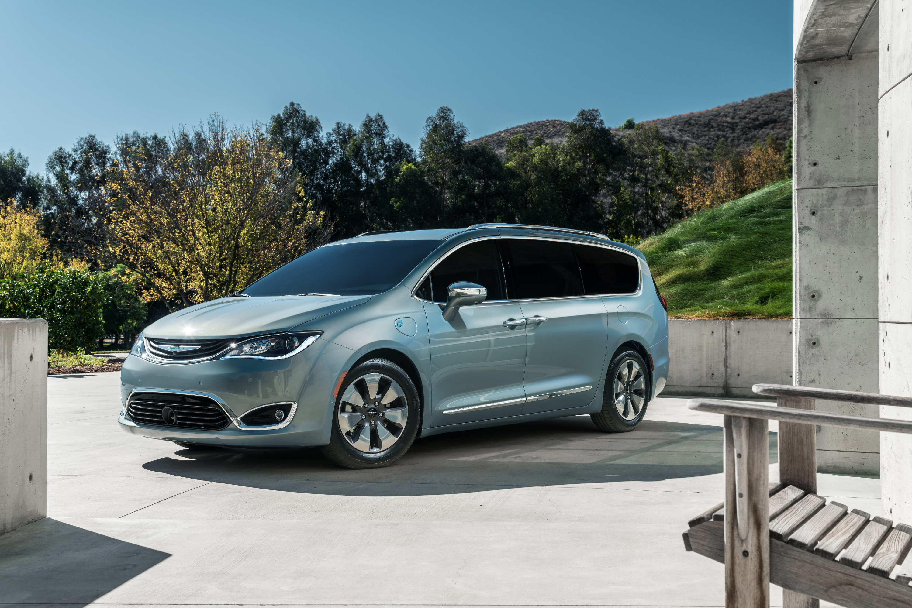 minivan plug chrysler first news pacifica in of h hybrid drive