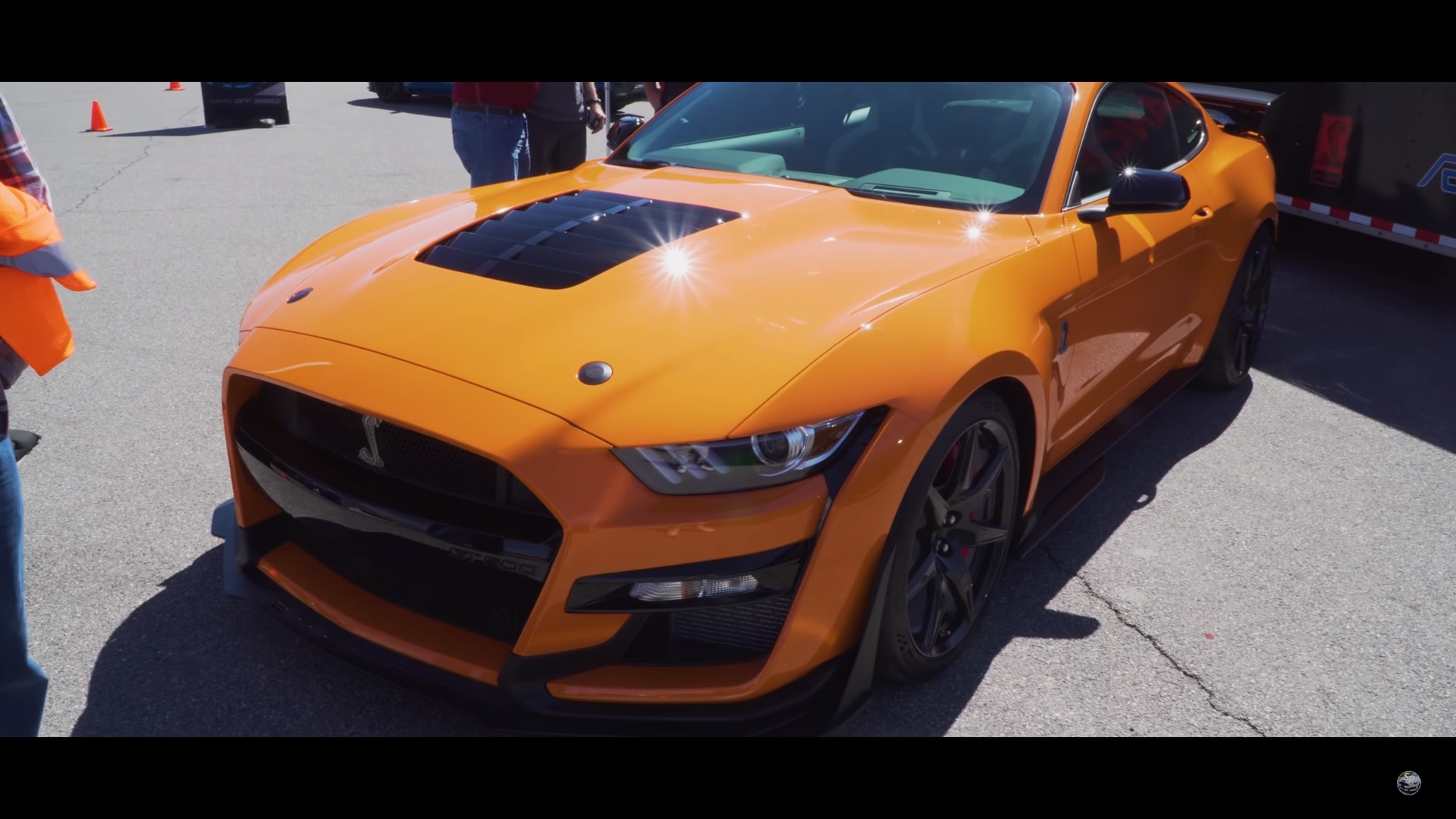 2020 ford mustang shelby gt500 revs and prowls the streets of las vegas video
